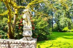 Lakewood,美国- 2011 4月29日,一个年轻人的维多利亚女王时代样式雕塑在Lakewood庭院里 免版税库存图片