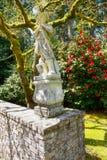 Lakewood, USA - 29. April 2011 Skulptur des viktorianischen Stils eines jungen Mannes in Lakewood-Gärten Lizenzfreie Stockbilder