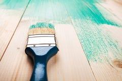 Lakierować drewnianego szelfowego używa paintbrush Zdjęcie Royalty Free