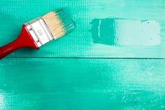 Lakierować drewnianego szelfowego używa paintbrush Obraz Stock