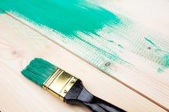 Lakierować drewnianego szelfowego używa paintbrush Zdjęcia Stock