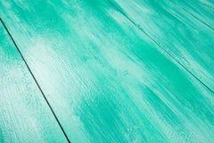Lakierować drewnianego szelfowego używa paintbrush Obraz Royalty Free