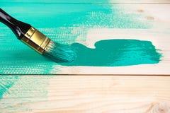 Lakierować drewnianego szelfowego używa paintbrush Zdjęcie Stock