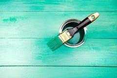 Lakierować drewnianego szelfowego używa paintbrush Obrazy Royalty Free