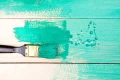 Lakierować drewnianego szelfowego używa paintbrush Obrazy Stock