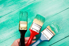 Lakierować drewnianego szelfowego używa paintbrush Zdjęcia Royalty Free