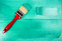 Lakierować drewnianego szelfowego używa paintbrush Fotografia Royalty Free