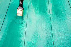 Lakierować drewnianego szelfowego używa paintbrush Fotografia Stock