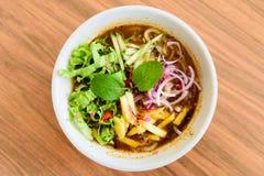 Laksa на деревянном столе Laksa пряный суп лапши стоковое фото