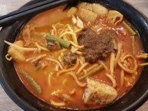 Laksa caliente y picante de los tallarines del curry en un cuenco Fotos de archivo