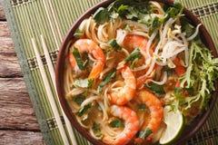 Laksa soppa med räkor, nudlar, groddar och koriander i en pilbåge arkivbild