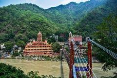 Lakshman-jhula Hängebrücke in Rishikesh mit Booten in ganga Fluss haridwar und im Flößen stockbilder