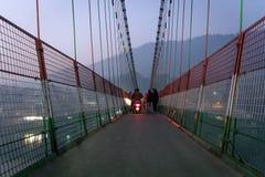 Lakshman Jhula jest żelaznym zawieszenia mostem lokalizującym obrazy stock