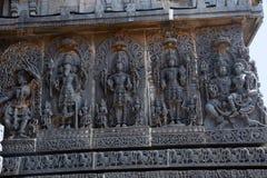 Lakshmi, das Vishnu-` s in Schoss und in anderen Gottheiten sitzt Hoysalesvara-Tempel Lizenzfreies Stockbild
