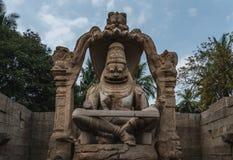 Lakshmi Narasimha Temple o estatua de Ugra Narsimha, karnakata la India de Hampi con el cielo nublado imagenes de archivo