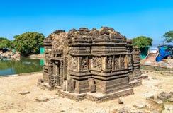 Lakulish tempel och Chhashiyu sjö på den Pavagadh kullen - Gujarat, Indien arkivfoto