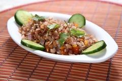 Lal Poha Uppuma, uppuma de las escamas del arroz de Matta, Sivappu Uppuma aval, arroz aplanado rojo forma escamas plato sabroso fotos de archivo