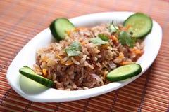 Lal Poha Uppuma, uppuma de las escamas del arroz de Matta, Sivappu Uppuma aval, arroz aplanado rojo forma escamas plato sabroso imagen de archivo