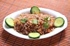 Lal Poha Uppuma, uppuma de las escamas del arroz de Matta, Sivappu Uppuma aval, arroz aplanado rojo forma escamas plato sabroso fotos de archivo libres de regalías