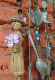 Lala i pamiątki inkasowy obwieszenie w pomarańczowej colour ścianie Zdjęcie Stock