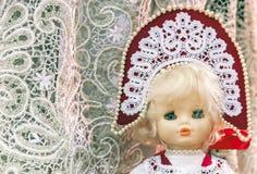 Lala w krajowym Rosyjskim kostiumu na koronkowym tle fotografia royalty free