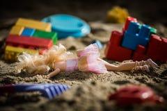 Lala w menchiach ubiera połówkę zakopującą w sandpit Zdjęcie Royalty Free
