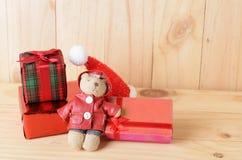 Lale i prezenta pudełko dla boże narodzenie dekoraci na drewnianym tle zdjęcia royalty free