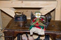 Lali motanka na tle szwalna maszyna stary żelazo i Antyczny rzemiosło Motanka - Ukraiński ludowy lali ochraniać Obraz Stock