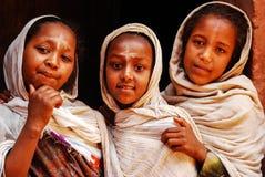 Lalibela, Эфиопия, 14-ое июня 2009: Портрет девушек вне  стоковая фотография
