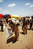 Lalibela, Эфиопия, 13-ое июня 2009: Тяжелый груз нося старика стоковое изображение