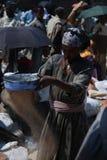 Lalibela, Wollo, Αιθιοπία, το Φεβρουάριο του 2007 circa: Γυναίκα που αλωνίζει teff στοκ εικόνα