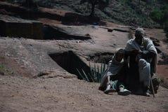 Lalibela, Wollo, Etiopia, około Luty 2007: Pielgrzymi na zewnątrz skała ciosającego kościół święty George lub zakład Giyorgis, zdjęcia royalty free