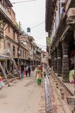 Lalitpur,尼泊尔- 2016年11月03日:走在Lalitpur大城市市,尼泊尔街道的人们  库存照片