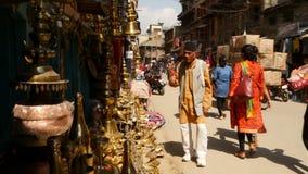 LALITPUR, NEPAL - 7 de Lokale markt van OKTOBER 2018 op straat van Patan Mensen die op smalle straat met kleine winkels lopen stock footage