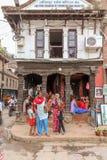 Lalitpur, Nepal - 3 de novembro de 2016: Povos na frente da construção do Câmara da Indústria e do Comércio de Lalitpur em Lalitp imagens de stock royalty free