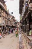 Lalitpur Nepal - November 03, 2016: Folk som går i gatorna av Lalitpur den storstads- staden, Nepal arkivfoton