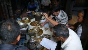 LALITPUR NEPAL - 7 OKTOBER 2018 män i en hinduisk tempel att rymma ett offentligt inventarium av skatter och donationer ett inven lager videofilmer