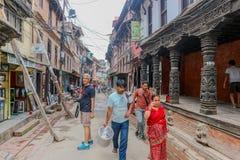 Lalitpur Nepal - September 21, 2016: Folk som går i gatorna av Lalitpur den storstads- staden, Nepal arkivfoto