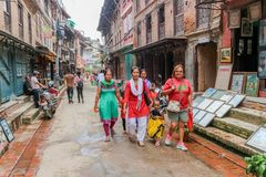 Lalitpur Nepal - September 21, 2016: Folk som går i gatorna av Lalitpur den storstads- staden, Nepal arkivbild