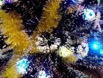 Lamé del nuovo anno con le luci al neon su un primo piano dell'albero di Natale Fotografie Stock Libere da Diritti