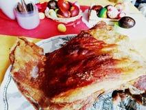 Lam het roosteren, lamsbraadstuk in de oven voor de Pasen-lunch royalty-vrije stock fotografie
