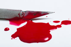 Lama del bisturi con sangue Fotografie Stock Libere da Diritti
