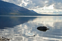 Lama del lago, las piedras en el agua. Imagenes de archivo