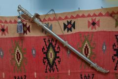 Lama medievale dell'acciaio freddo dell'Azerbaigian della spada di Viking Spada antica dei militari dell'Azerbaigian Il percorso  Immagini Stock Libere da Diritti