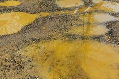 lama ou solo molhado ao longo de uma estrada secundária após a chuva Foto de Stock Royalty Free