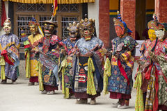 A Lama tibetana vestiu-se na máscara que dança a dança do mistério de Tsam no festival budista em Hemis Gompa Ladakh, Índia norte Imagens de Stock