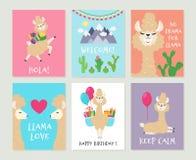 Lamainbjudningar Gulligt kort för alpacafödelsedaghälsning För lamaflickor för tecknad film roliga rosa bakgrunder royaltyfri illustrationer