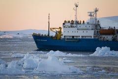 南极洲小船通道lamaire游人 库存照片