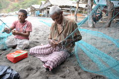 Lamalera Whaler, der Fischernetze repariert stockfotos