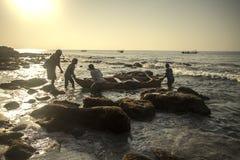 Lamalerasvissers terug op het strand Stock Afbeeldingen